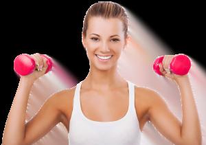 vrouw aan het trainen met gewichten in haar handen